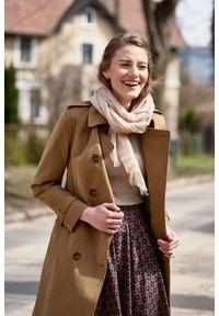 Marie Zélie - Trencz Adria bawełna z elastanem kamelowy. Materiał: bawełna, elastan. Sezon: lato. Styl: klasyczny #4