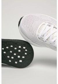 Białe buty sportowe adidas Performance z cholewką, na sznurówki, na średnim obcasie