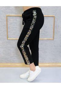 EMMA & GAIA - Spodnie z lampasem z cekinów. Okazja: na co dzień. Kolor: czarny. Styl: klasyczny, elegancki, casual
