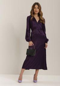 Renee - Fioletowa Sukienka Adopheia. Okazja: na imprezę. Kolor: fioletowy. Materiał: materiał. Długość rękawa: długi rękaw. Typ sukienki: kopertowe
