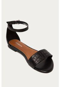 Czarne sandały Wojas na klamry, na niskim obcasie, gładkie