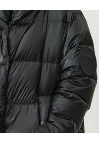 MMC STUDIO - Pikowana kurtka z logo Jesso. Typ kołnierza: kaptur. Kolor: czarny. Materiał: jeans, tkanina. Wzór: aplikacja. Sezon: zima