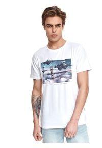 TOP SECRET - T-shirt z nadrukiem. Okazja: na co dzień. Kolor: biały. Materiał: tkanina, bawełna. Długość rękawa: krótki rękaw. Długość: krótkie. Wzór: nadruk. Sezon: lato. Styl: casual, wakacyjny