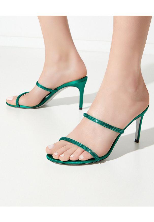 RENE CAOVILLA - Zielone sandały na szpilce Bessie. Zapięcie: pasek. Kolor: zielony. Materiał: jedwab, satyna. Wzór: paski, aplikacja. Obcas: na szpilce. Wysokość obcasa: średni