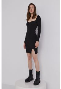 Answear Lab - Sukienka. Kolor: czarny. Materiał: dzianina. Wzór: gładki. Typ sukienki: dopasowane. Styl: wakacyjny