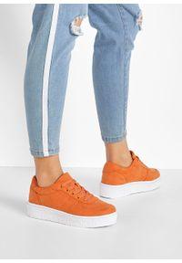 Pomarańczowe buty sportowe bonprix na platformie