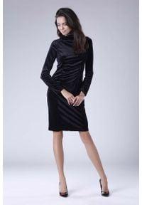 Nommo - Czarna Dopasowana Sukienka Welurowa z Półgolfem. Kolor: czarny. Materiał: welur