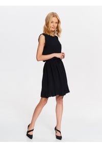 Czarna sukienka TOP SECRET z falbankami, elegancka