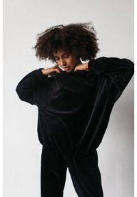Marsala - Gładka bluza wykonana z weluru w kolorze CZARNYM - CORBY VELVET BY MARSALA. Kolor: czarny. Materiał: welur. Wzór: gładki