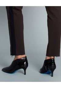 SEDUCTIVE - Brązowe spodnie z lampasem. Kolor: brązowy. Styl: elegancki
