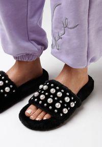 Born2be - Czarne Kapcie Ginoranya. Nosek buta: okrągły. Zapięcie: bez zapięcia. Kolor: czarny. Materiał: futro, materiał. Wzór: aplikacja. Obcas: na platformie