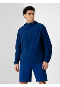 4f - Bluza nierozpinana z kapturem męska. Okazja: na co dzień. Typ kołnierza: kaptur. Kolor: niebieski. Materiał: tkanina. Długość rękawa: raglanowy rękaw. Styl: casual