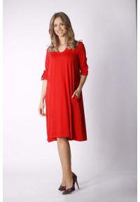Nommo - Ruda Luźna Dzianinowa Sukienka z Dekoltem w Szpic. Kolor: brązowy. Materiał: dzianina