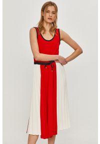 TOMMY HILFIGER - Tommy Hilfiger - Sukienka. Kolor: czerwony. Materiał: tkanina, poliester. Typ sukienki: plisowane