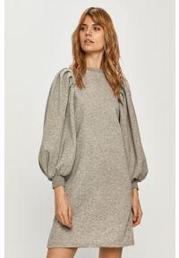 Vero Moda - Sukienka. Kolor: szary. Materiał: poliester, dzianina. Długość rękawa: długi rękaw
