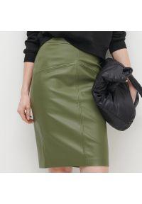 Reserved - Ołówkowa spódnica z imitacji skóry - Khaki. Kolor: brązowy. Materiał: skóra