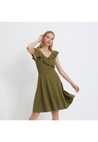 Mohito - Sukienka z falbanką - Khaki. Kolor: brązowy