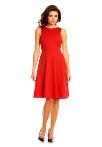 Nommo - Czerwona Elegancka Sukienka przed Kolana Wycięciem na Plecach. Kolor: czerwony. Materiał: wiskoza, poliester. Styl: elegancki