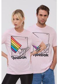 Reebok - T-shirt bawełniany. Okazja: na co dzień. Kolor: różowy. Materiał: bawełna. Wzór: nadruk. Styl: casual
