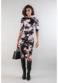 Nommo - Dopasowana Sukienka z Rozcięciem z Przodu w Róże. Kolor: różowy. Materiał: wiskoza, poliester