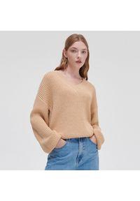 Cropp - Dzianinowy sweter - Beżowy. Kolor: beżowy. Materiał: dzianina