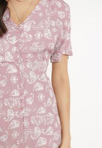 Born2be - Różowa Sukienka Livhi. Kolor: różowy. Długość rękawa: krótki rękaw. Wzór: paisley. Sezon: lato. Typ sukienki: trapezowe. Długość: midi
