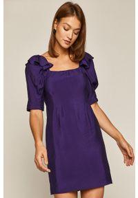 medicine - Medicine - Sukienka Glitch. Kolor: fioletowy. Materiał: tkanina. Długość rękawa: krótki rękaw. Wzór: gładki. Typ sukienki: rozkloszowane