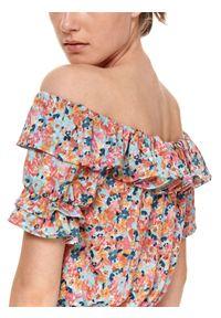 TOP SECRET - Sukienka w kwiaty z odkrytymi ramionami i falbaną. Kolor: pomarańczowy. Materiał: tkanina. Długość rękawa: krótki rękaw. Wzór: kwiaty. Sezon: lato. Typ sukienki: z odkrytymi ramionami