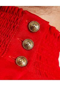 Versace Jeans Couture - VERSACE JEANS COUTURE - Czerwona sukienka z bufiastymi rękawami. Kolor: czerwony. Typ sukienki: asymetryczne