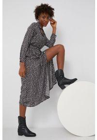 Answear Lab - Sukienka. Okazja: na co dzień. Kolor: czarny. Materiał: tkanina. Długość rękawa: długi rękaw. Typ sukienki: proste. Styl: wakacyjny