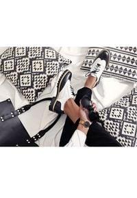 Zapato - półbuty - skóra naturalna - model 258 - kolor czarno-biały. Nosek buta: okrągły. Zapięcie: sznurówki. Kolor: czarny, biały, wielokolorowy. Materiał: skóra. Wzór: kolorowy. Sezon: lato. Obcas: na obcasie. Styl: elegancki, klasyczny. Wysokość obcasa: niski