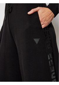 Czarne spodnie dresowe Guess
