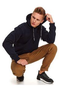 TOP SECRET - Granatowa bluza typu kangurka. Okazja: na co dzień. Kolor: niebieski. Materiał: materiał. Długość: długie. Sezon: zima. Styl: casual