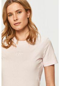 Różowa bluzka Calvin Klein Jeans na co dzień, z aplikacjami, casualowa