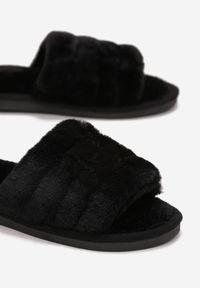 Born2be - Czarne Kapcie Vanillas. Nosek buta: okrągły. Zapięcie: bez zapięcia. Kolor: czarny. Materiał: futro. Wzór: aplikacja