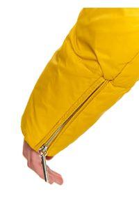 TOP SECRET - Krótka puchowa kurtka z kapturem. Typ kołnierza: kaptur. Kolor: żółty. Materiał: puch. Długość: krótkie. Sezon: jesień, zima
