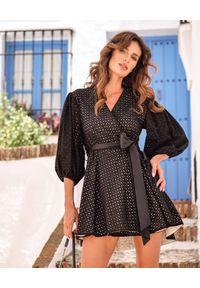 MOTIVE&MORE - Czarna sukienka Iris. Typ kołnierza: kokarda. Kolor: czarny. Materiał: bawełna, materiał. Wzór: haft, aplikacja. Typ sukienki: asymetryczne, rozkloszowane. Styl: klasyczny. Długość: mini