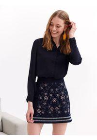 TOP SECRET - Luźna koszula z aplikacją. Kolor: niebieski. Materiał: tkanina. Długość rękawa: długi rękaw. Długość: długie. Wzór: aplikacja. Sezon: wiosna, lato. Styl: elegancki