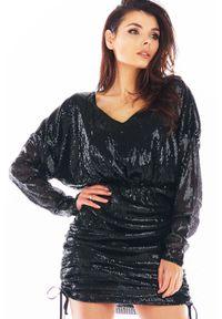 Awama - Cekinowa Sukienka Kimonowa z Marszczonym Dołem - Czarna. Kolor: czarny. Materiał: poliester