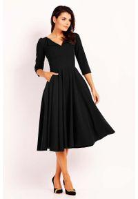 Czarna sukienka rozkloszowana Nommo z wykładanym kołnierzem, elegancka