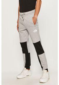 Szare spodnie dresowe The North Face z aplikacjami