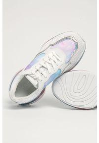Białe sneakersy Karl Lagerfeld z cholewką, na obcasie
