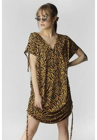 Madnezz - Sukienka Justyna - tygrysi print. Materiał: wiskoza. Wzór: nadruk. Typ sukienki: asymetryczne, oversize. Długość: mini