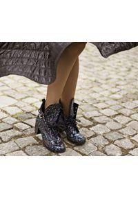 Zapato - sznurowane botki na obcasie - skóra naturalna - model 451 - motyw aztecki. Wysokość cholewki: za kostkę. Materiał: skóra. Sezon: wiosna, zima, jesień. Obcas: na obcasie. Styl: rockowy, klasyczny, elegancki, boho. Wysokość obcasa: średni