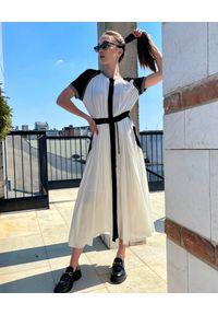 MOTIVE&MORE - Biała sukienka Alexa. Kolor: biały. Materiał: wiskoza, szyfon, materiał, dresówka. Długość rękawa: krótki rękaw. Wzór: aplikacja. Typ sukienki: sportowe. Styl: sportowy. Długość: maxi