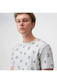 Sinsay - Koszulka z nadrukiem all over - Jasny szary. Kolor: szary. Wzór: nadruk