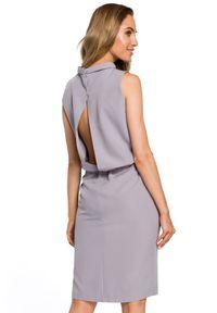 MOE - Wyjątkowa sukienka z rozcięciem na plecach. Typ kołnierza: kołnierzyk stójkowy. Materiał: elastan, materiał. Długość rękawa: bez rękawów. Typ sukienki: ołówkowe
