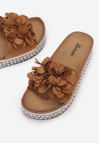 Born2be - Camelowe Klapki Morenore. Nosek buta: okrągły. Wzór: kwiaty, aplikacja. Obcas: na platformie. Styl: klasyczny