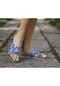 Zapato - klapki na korku - skóra naturalna - model 341 - kolor niebieskie kwiaty. Okazja: na imprezę, na co dzień. Kolor: niebieski. Materiał: skóra. Wzór: kwiaty. Sezon: lato, wiosna. Obcas: na płaskiej podeszwie. Styl: klasyczny, wakacyjny, casual