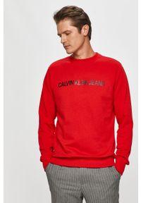 Czerwona bluza nierozpinana Calvin Klein Jeans z okrągłym kołnierzem, z nadrukiem